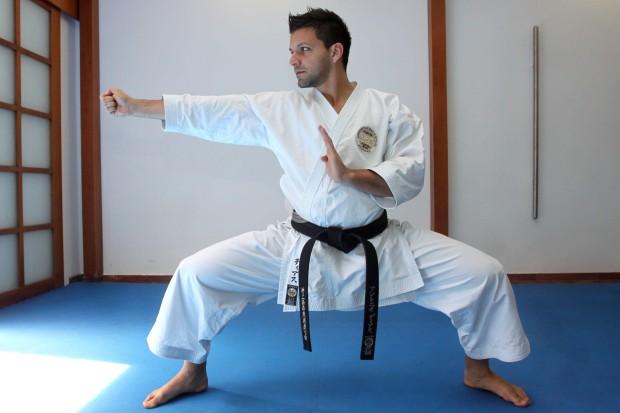 Karateca Quebr 243 Los Dos Brazos A Ladr 243 N Que Quiso Robarle