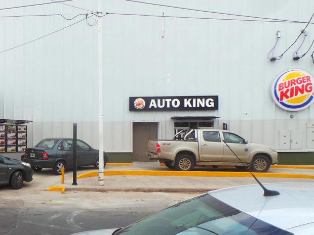 El Autoking esta ubicado al lado del 25 de mayo