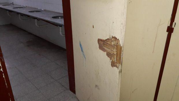 Los alumnos ingresan a los baños que no cuentan ni siquiera con la mínima privacidad.
