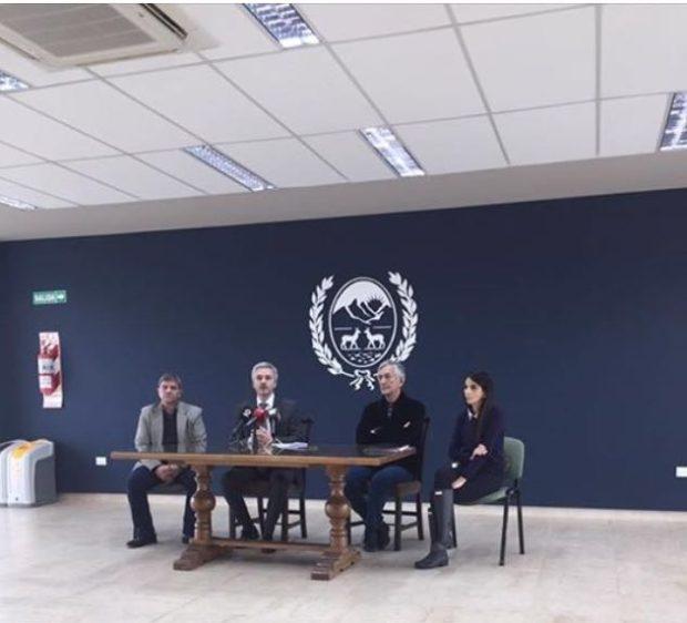 Alberto Rodríguez Saá en la conferencia de prensa junto a la Ministra de Hacienda y el Fiscal de Estado