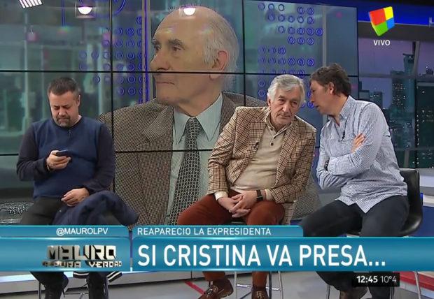 Ricardo Caruso Lombardi revisa el whatsapp mientras Gustavo Posse (Intendente de San Isidro) secretea con Alberto Rodríguez Saá (Gobernador de San Luis)