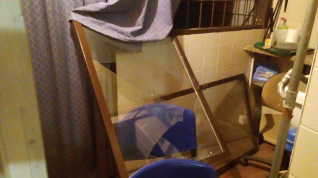 Los delincuentes forzaron una de las ventanas de la institución.