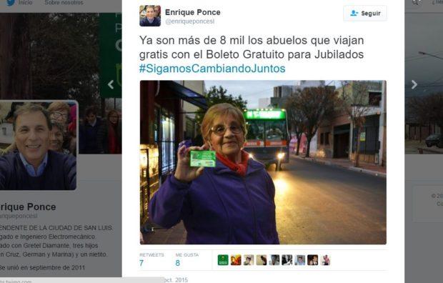 En plena campaña de 2015, el Intendente mostraba a los abuelos con la tarjeta que les permitía viajar gratis.