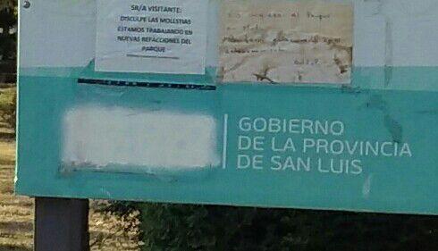 En los carteles de obra también sacaron el nombre del ex gobernador.