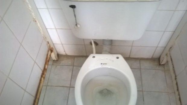 Sanitarios con piezas que faltan y baños sucios, las mujeres internadas deben recuperarse en las peores condiciones.