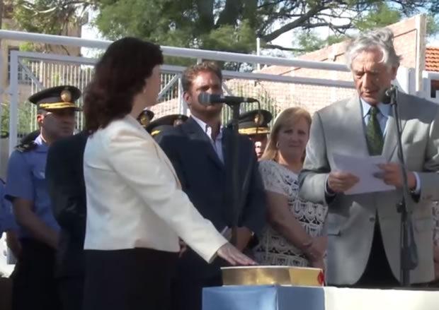 Alberto Rodríguez Saá tomando juramento a María Isabel Valdivieso en Jefa de Asuntos Internos de la Policía