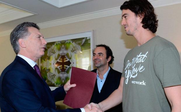 Mauricio Macri con el CEO y co-fundador de Wework, Adam Neumann, y con el titular de la compañía en la Argentina, Patricio Fuks.