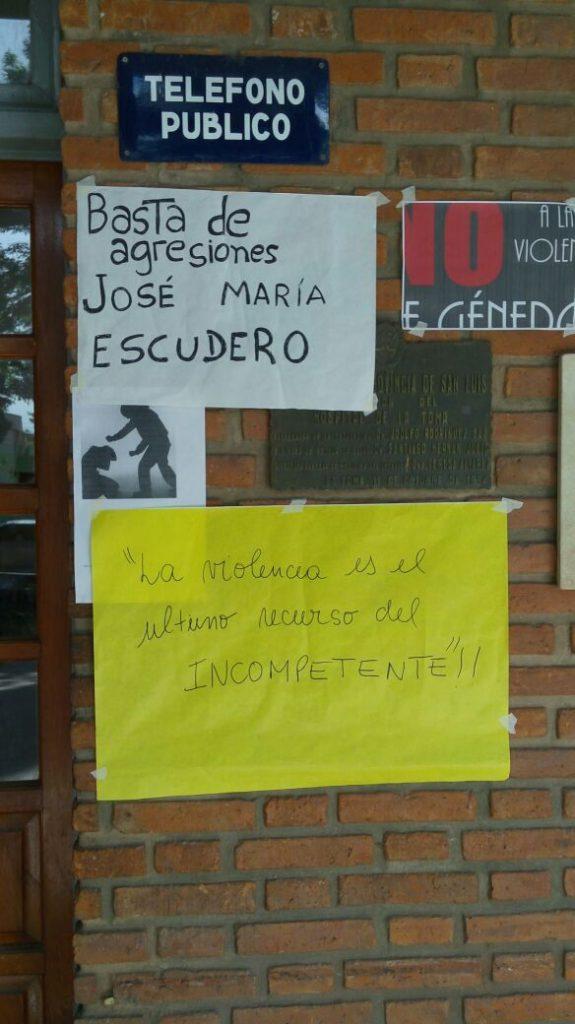 Los carteles en la entrada del hospital en repudio al legislador.
